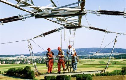 Eon-Monteure an Stromleitung: Der Konzern konnte seinen Gewinn steigern