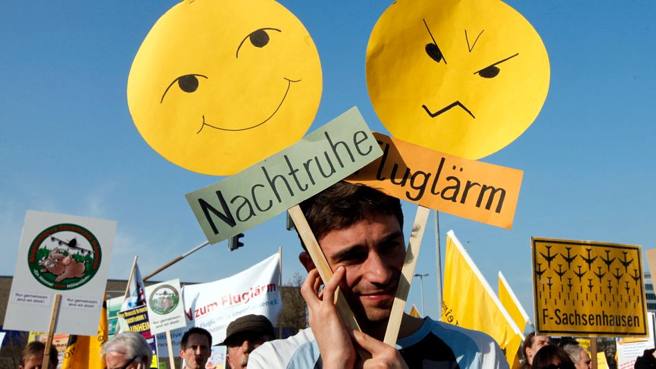 Ein Demonstrant vor der Lufthansa-Basis am Flughafen in Frankfurt: Streit um Nachtruhe und Millioneneinbußen