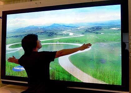 Riesen-Fernseher mit brillanter Bildqualität: Der Plasmabildschirm von Samsung soll mit seiner Bilddiagonale von 2,50 Meter derzeit der größte seiner Art sein
