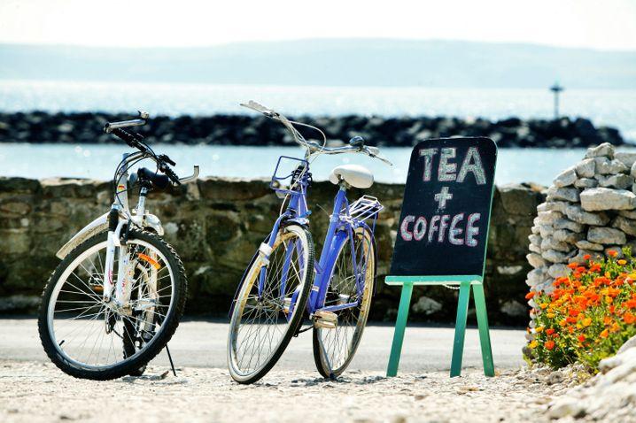 Rathlin lässt sich gut zu Fuß oder mit dem Fahrrad erkunden - bei der Einkehr warten Tee und Kaffee.