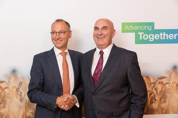 """""""Thank you, Werner"""": Monsanto-Chef Grant (r.) und Bayer-Chef Baumann bei der Verkündung der unheilvollen Übernahme"""
