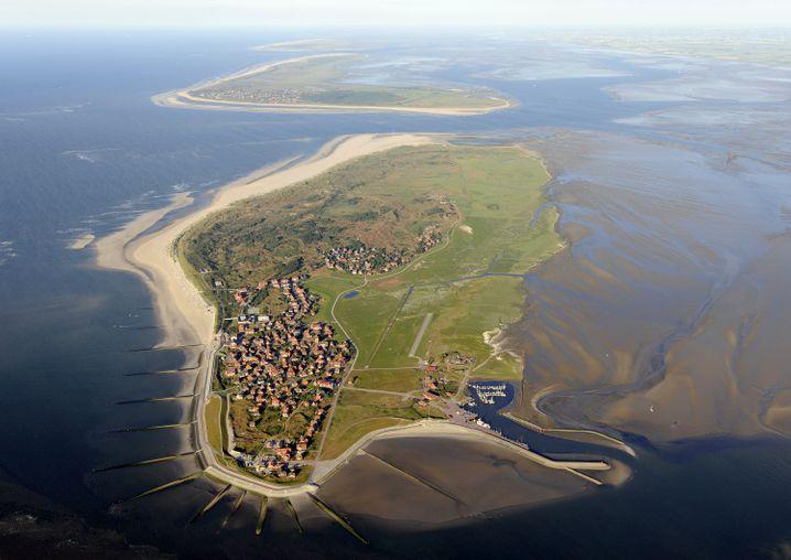 Baltrum ist die kleinste der ostfriesischen Inseln im Nationalpark Niedersächsisches Wattenmeer. Im Hintergrund ist Langeoog zu erkennen.