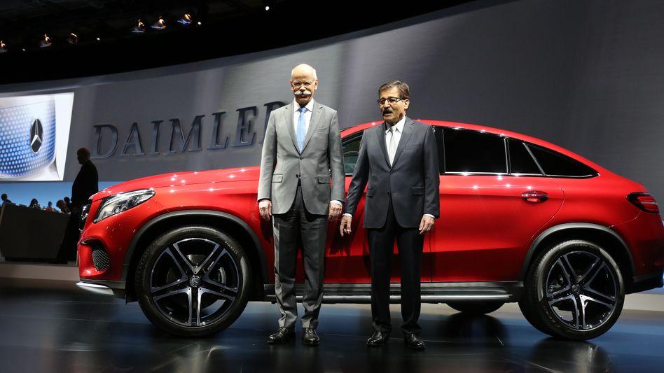 Daimler-Aufsichtsratschef Manfred Bischoff (rechts, neben Dieter Zetsche): Bischoffs feste Vergütung soll deutlich steigen