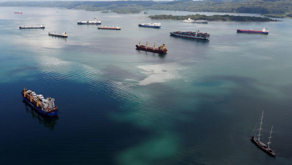 Frachtschiffe bei der Durchfahrt des Panamakanals