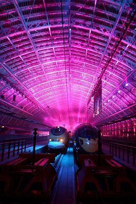 Pinke Plattform: Eurostar-Züge bei der Eröffnung des neuen Prunkbahnhofs St. Pancras in London