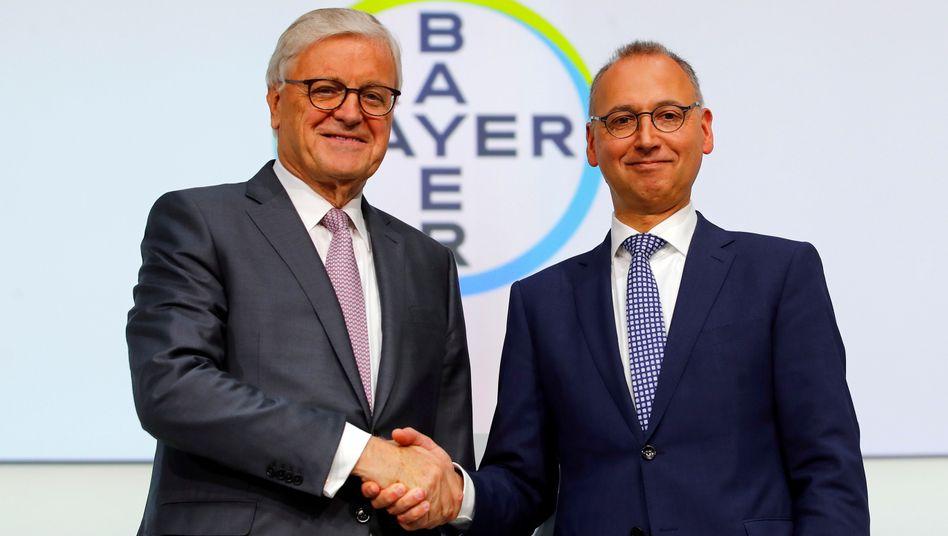 Werner Wenning (links): Der Aufsichtsratschef wird sein Amt im April an Ex-PwC-Chef Norbert Winkeljohann abgeben. Bayer-Chef Werner Baumann (rechts) verliert mit Wenning seinen wichtigsten Unterstützer