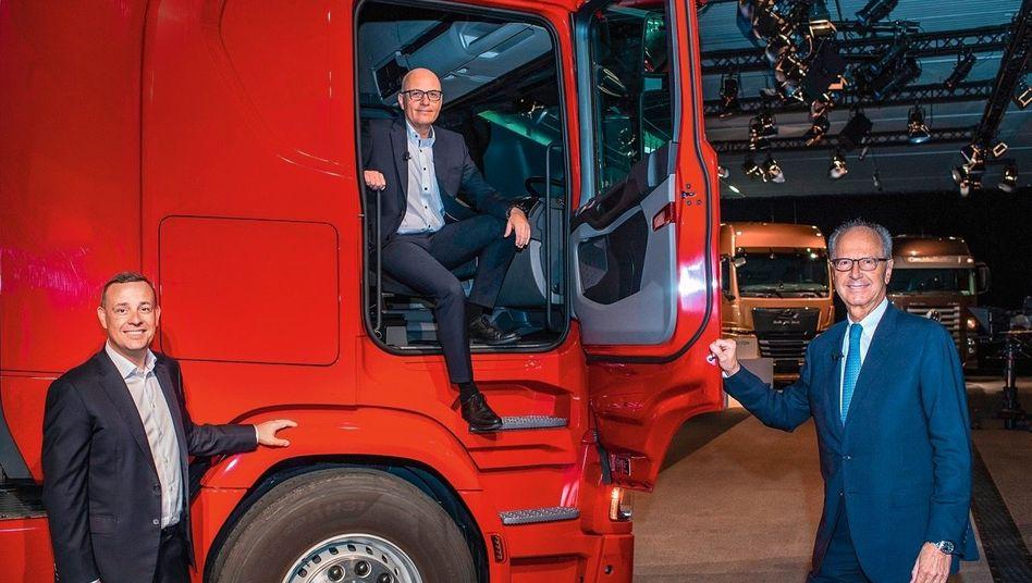 Comeback im Cockpit:Zwei Jahre warMatthias Gründler(M.) raus bei Traton. Mit AufsichtsratschefHans Dieter Pötsch(r.) und CFOChristian Schulzarbeitete er schon früher zusammen.