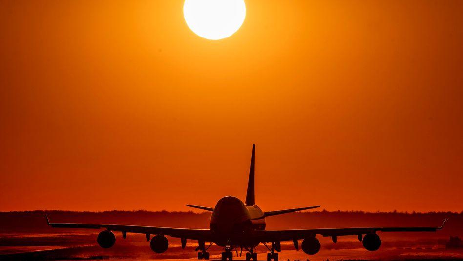 Lufthansa-Jet am Frankfurter Flughafen: Die Airline wird wohl nicht der einzige Konzern bleiben, bei dem der Staat wegen der Corona-Krise einsteigen muss