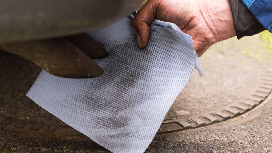 Schmutziges Papiertuch vor einem Diesel-Auspuff: Das hätte es in offiziellen EUGT-Ergebnissen kaum gegeben