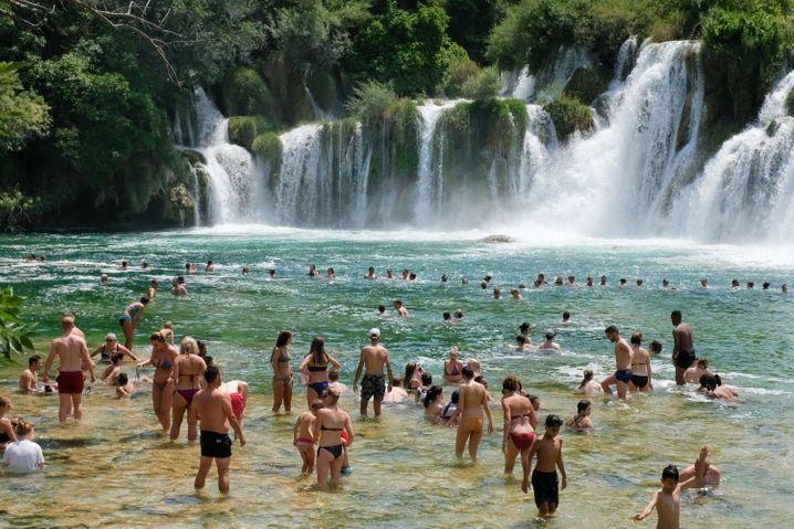 Unterhalb der Wasserfälle im Krka Nationalpark baden gerne Touristen.