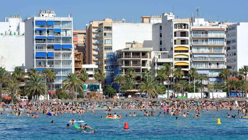 Strand von El Arenal in Palma de Mallorca: In der Hauptstadt Mallorcas dürfen bald keine Wohnungen mehr an Urlauber vermietet werden.