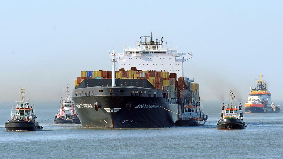 Angeschlagenes Containerschiff am JadeWeserPort in Wilhelmshaven: Viele Schiffsfonds befinden sich in Schieflage - Lloyd Fonds bietet eine ungewöhnliche Ausstiegsmöglichkeit