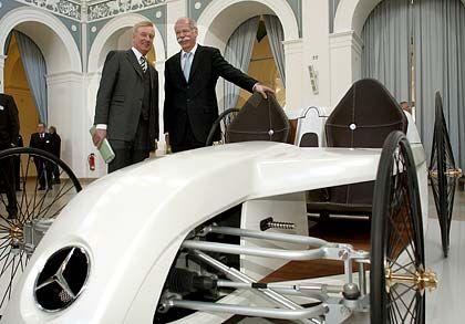Drei Hoffnungsträger: Bürgermeister von Beust (l.), Zetsche und ein Versuchsauto mit Brennstoffzelle