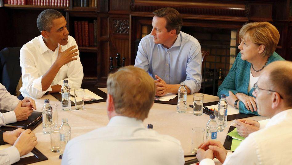G8-Staatschefs um Gastgeber David Cameron (M.): Eingerahmt von US-Präsident Barack Obama (l.) und Bundeskanzlerin Angela Merkel
