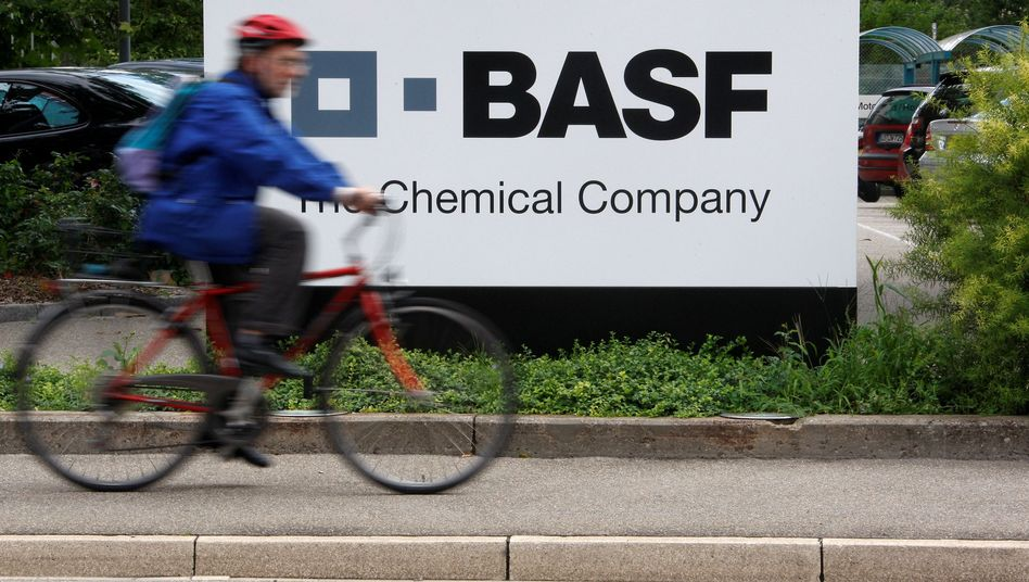 BASF: Der Gewinn des Dax-Konzerns ist im zweiten Quartal um 71 Prozent im Vergleich zum Vorjahr eingebrochen. Im Schnitt sanken die Gewinne im Dax 30 in diesem Zeitraum um 30 Prozent.