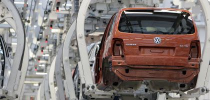 Autoproduktion bei VW: Viele Autobauer rechnen mit einem wachsenden Absatzeinbruch und kürzen bereits die Produktion.
