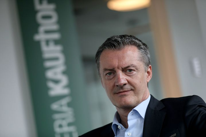 Roland Neuwald: Der Kaufhof-Chef versucht zu sanieren - kämpft aber gegen Widerstände