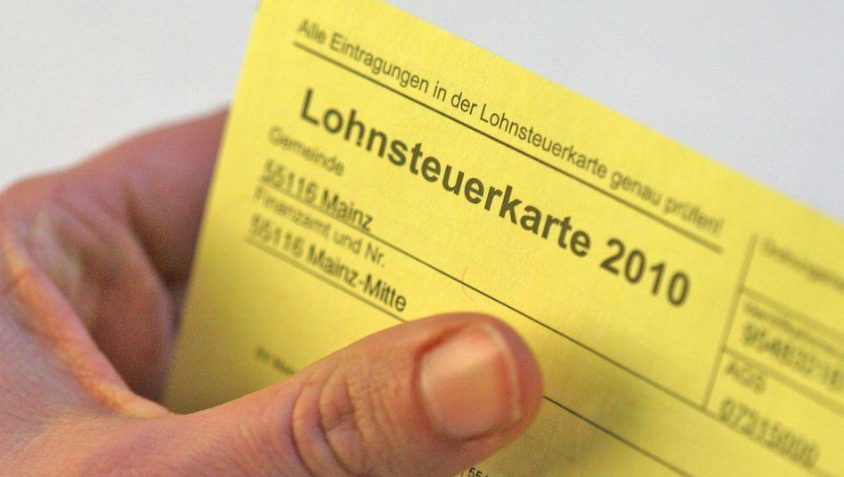 Lebenszäher Pappkamerad: Die Lohnsteuerkarte aus Papier wird weiterhin gebraucht, weil die elektronische Variante den Behörden einfach nicht gelingen will