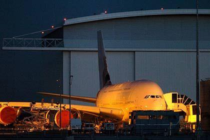 Schwer zu verstecken: Der A380 wird rangiert