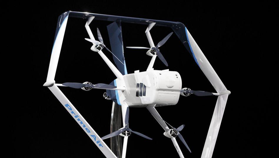 Amazon Prime Air: Die Drohne fliegt gut 24 Kilometer weit und kann bis zu 2,3 Kilogramm schwere Pakete innerhalb von 30 Minuten zustellen