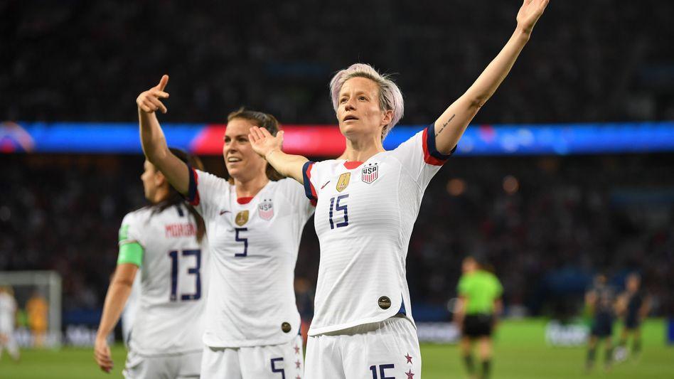 US-Spielerinnen Kelley O'Hara (l) und Megan Rapinoe beim Viertelfinal-Sieg gegen Frankreich