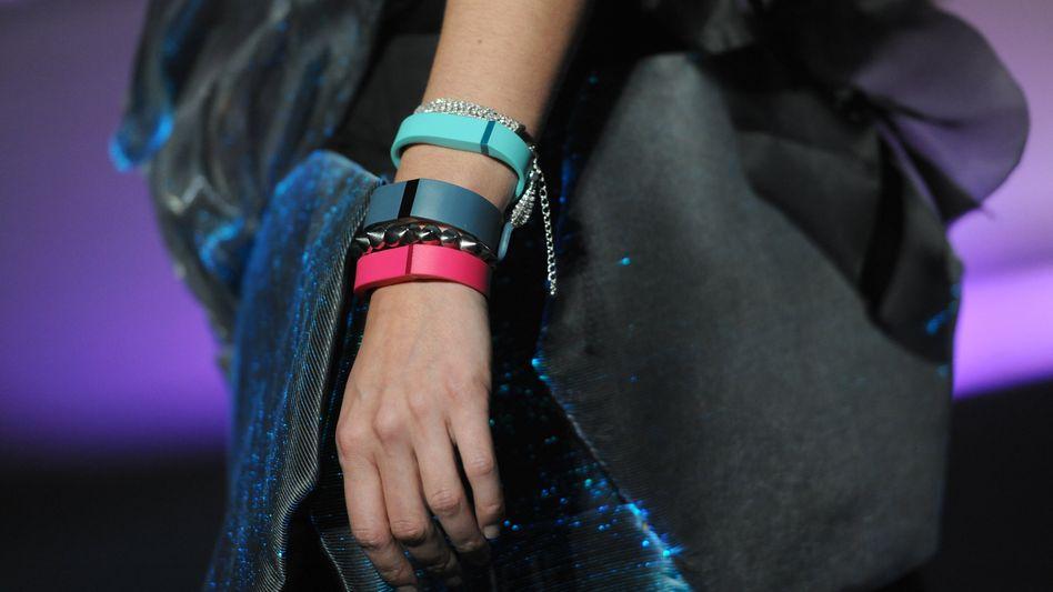 Buntes am Arm: Der Fitness-Spezialist Fitbit gehört jetzt zum Google-Konzern