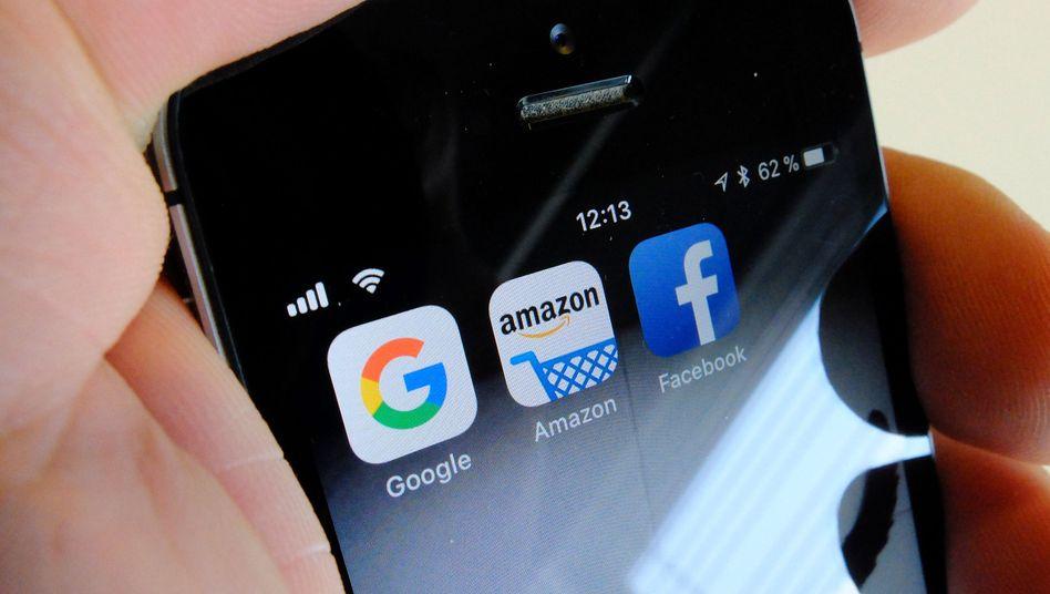 Google, Amazon und Facebook Symbole auf einem Smartphone: Die US-Konzerne machen gegen Frankreichs Digitalsteuer mobil