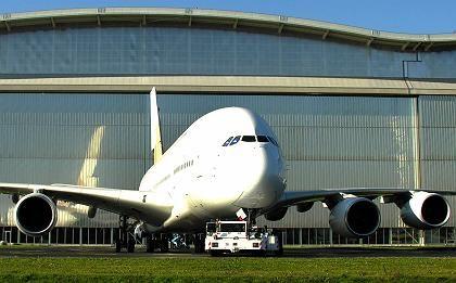 """""""Wir liegen über Plan"""": Airbus-Chef Noel Forgeard über die Zahl der Kaufverträge für das größte Passagierflugzeug der Welt"""