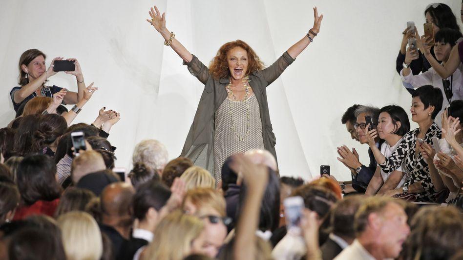 Fröhliche Designerin: Diane von Fürstenberg lässt sich nach einer Modenschau feiern