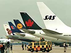 Flottenparade: Flugzeuge der fünf Star-Alliance-Gründungsmitglieder Thay Airways, United Airlines, Deutsche Lufthansa, Air Canada und SAS (v.l.)