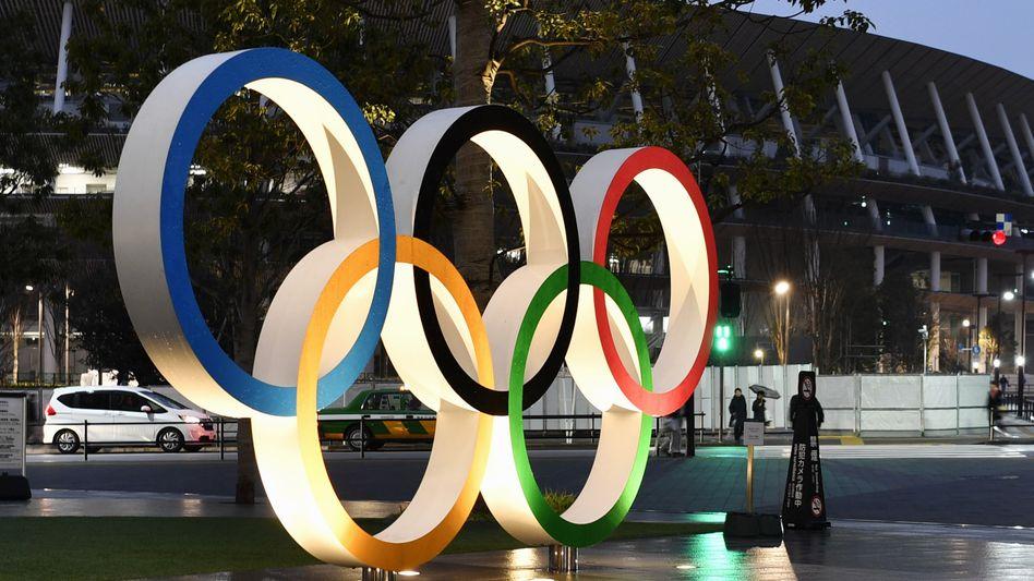 Fünf Ringe, keine Live-Zuschauer: Das Verbot von inländischen Zuschauern in den Stadien erhöht die Kosten der Olypmischen Sommerspiele für Tokio nochmals - weil Versicherungssummen schon für die Verschiebung um ein Jahr aufgebraucht wurden