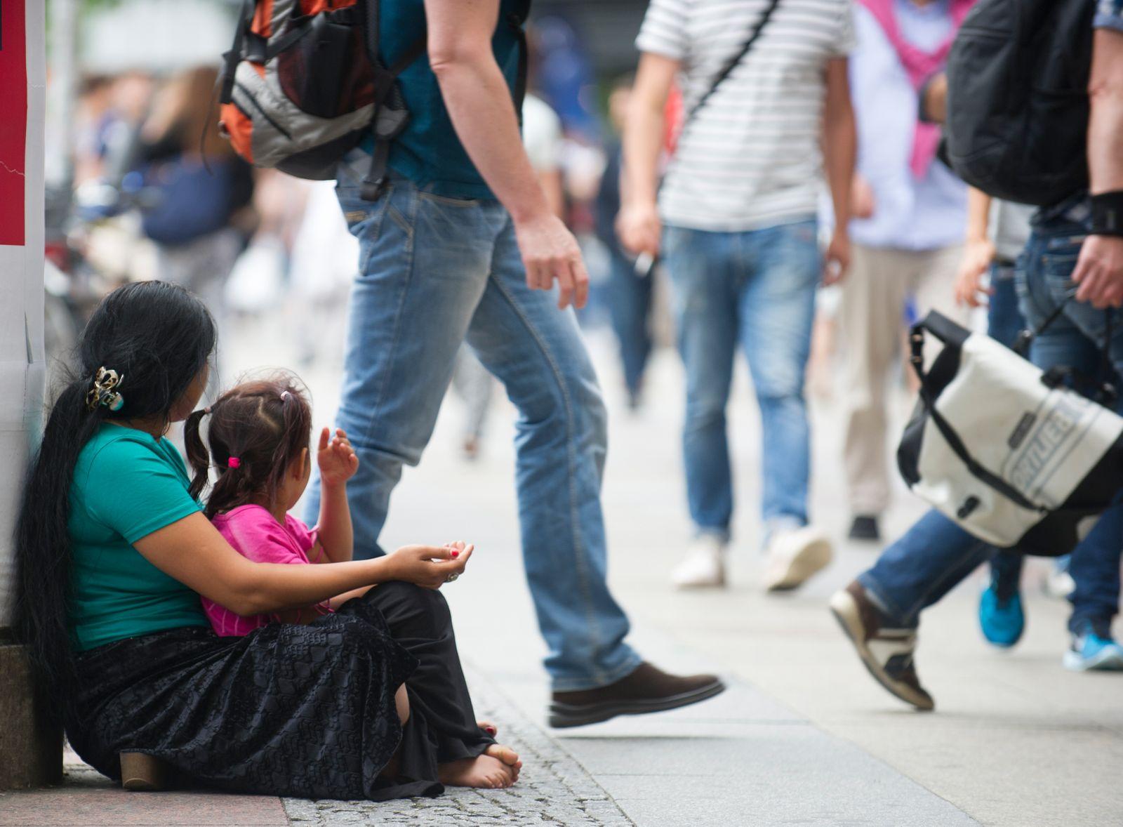 Armut in Deutschland; Bettlerin mit Kind, Berlin