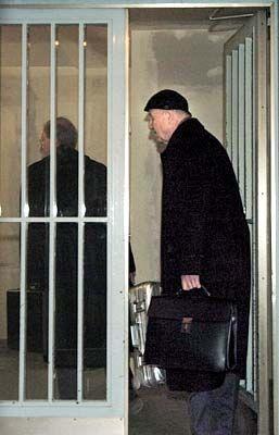 Hintertür: Klaus Zwickel findet sich zum Prozess ein, durch einen der fünf Eingänge