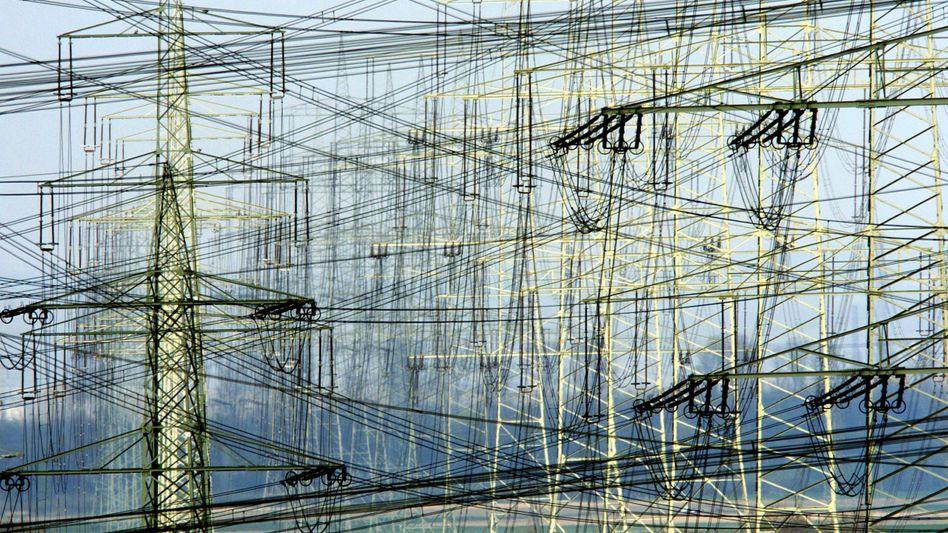 Starkstromleitungen: Nach Ansicht von Eon-Chef Teyssen führen die Pläne der künftigen Bundesregierung zu steigenden Strompreisen