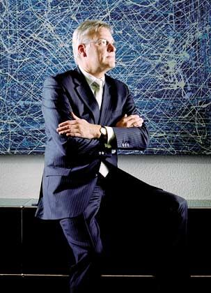 """Hans-Jürgen Lang (50), Direktor beim Finanzdienstleister AWD Geld war knapp im Elternhaus, und Lang schwor sich: """"Das soll mir nie passieren."""" Einen Volksbank-Job gab er auf, heuerte bei AWD an. Heute ist er Einkommensmillionär."""