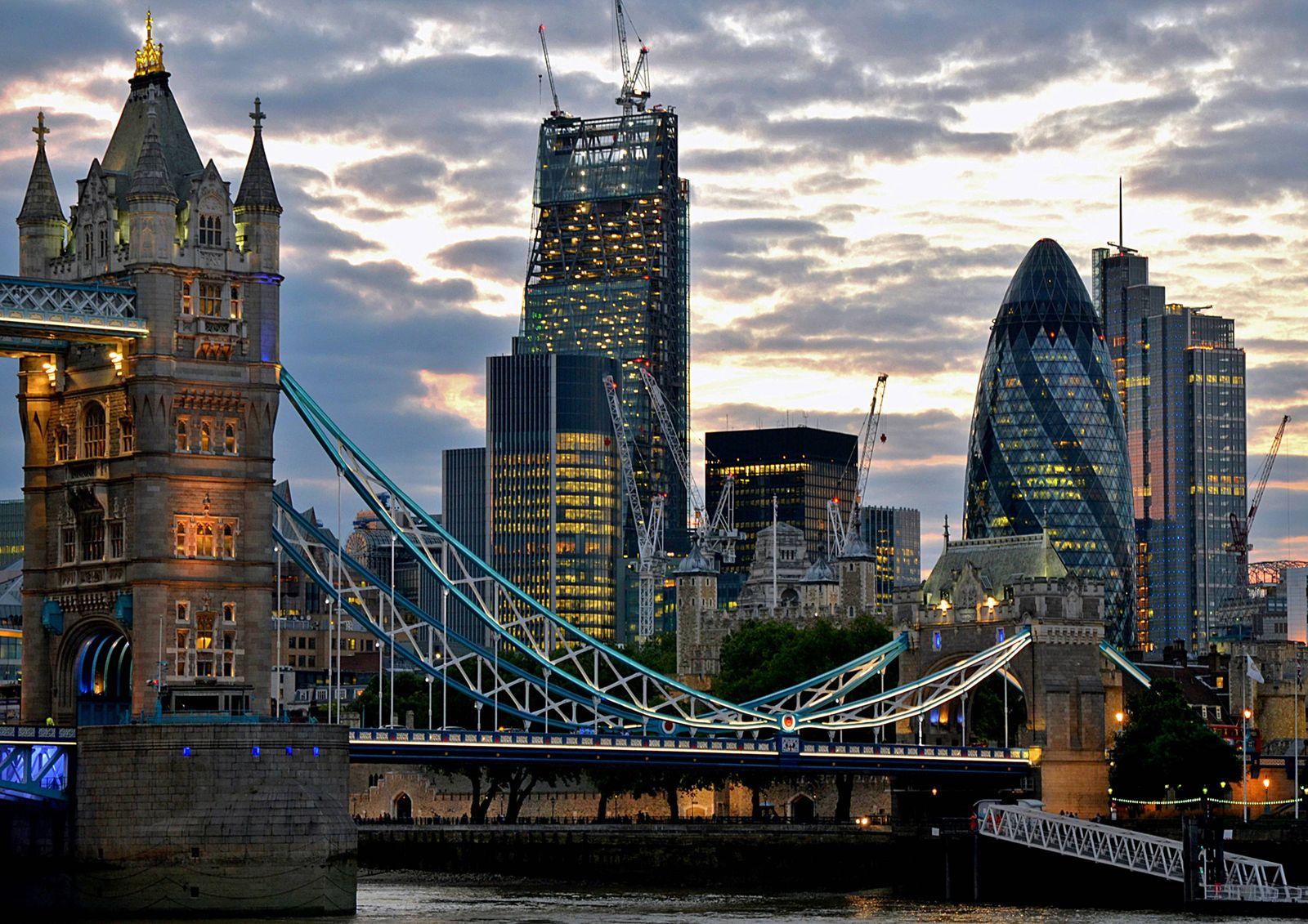 City Of London zur blauen Stunde *** City of London at the blue hour PUBLICATIONxINxGERxSUIxAUTxONLY