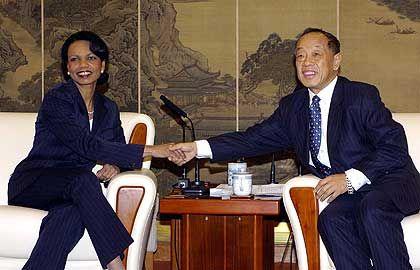 Treffen der Außenminister: Condoleeza Rice (USA) und Li Zhaoxing (China) während eines Treffens in Peking