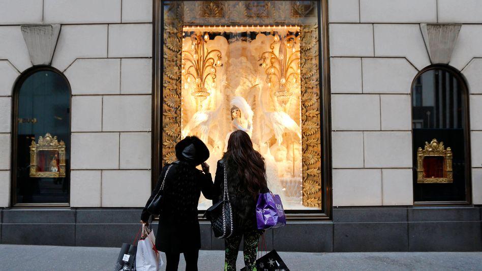5th Avenue in New York: Während an der Wall Street die Kurse wieder steigen, geben die Konsumenten wegen der drohenden Steueranhebungen schon jetzt vorsichtiger Geld aus