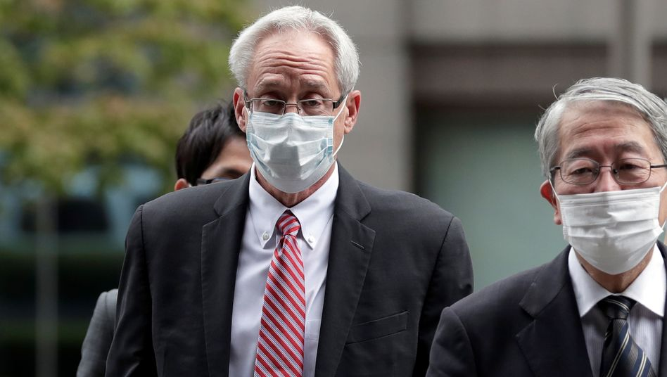 Greg Kelly (l.) auf dem Weg zum Gericht in Tokio