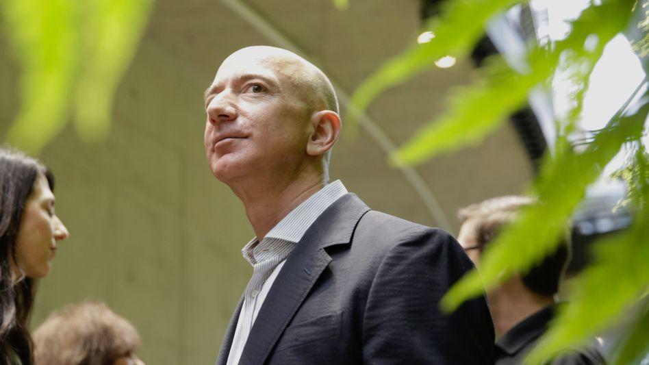 """Amazon-Chef Bezos: Preis für """"visionäres Unternehmertum"""", Kritik an Geschäftsmethoden"""