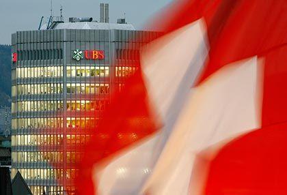 Beugte sich den USA: Die Schweizer Großbank UBS hat sich bereitserklärt, die Kontendaten von 300 mutmaßlichen Steuersündern an die US-Behörden zu übermitteln, Jetzt hat ein Gericht dieses Vorhaben vorerst unterbunden.