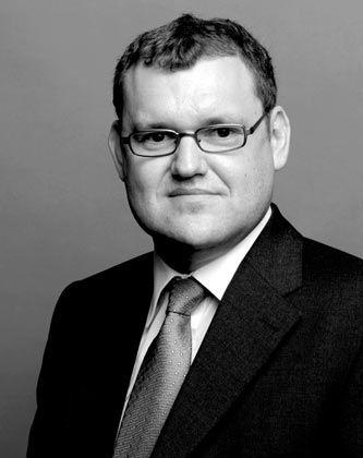 Olaf Gierke, ist auf Aktien- und Konzernrecht spezialisierter Rechtsanwalt in der Sozietät Broich Bezzenberger. Broich Bezzenberger mit Standorten in Berlin, Frankfurt am Main und Wien, zählt zu den führenden auf kapitalmarktnahes Unternehmensrecht spezialisierten Sozietäten und berät neben deutschen und internationalen Großkonzernen und deren Organen auch ausgewählte Familienunternehmen und Finanzinvestoren.