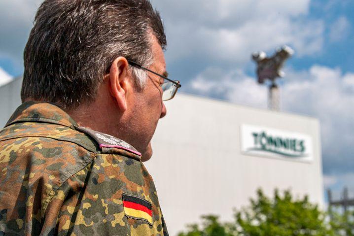 Soldaten der Bundeswehr halfen bei den Corona-Reihenuntersuchungen auf dem Gelände der Firma Tönnies