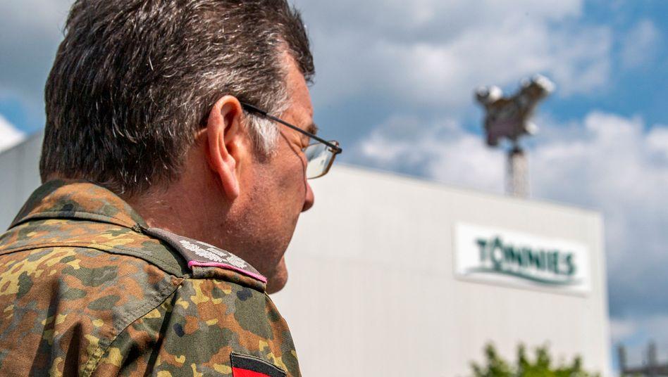 Bei den Corona-Reihenuntersuchungen auf dem Gelände der Firma Tönnies helfen Soldaten der Bundeswehr