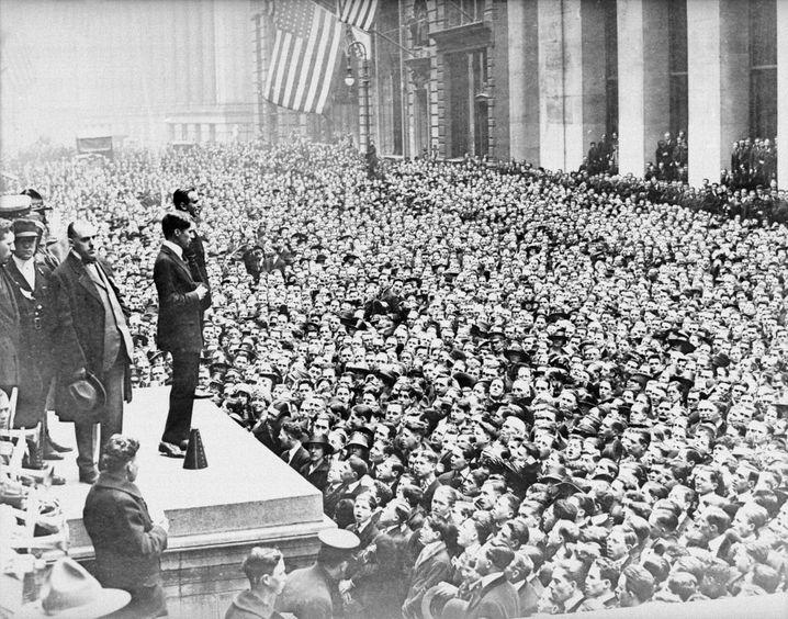 Im ersten Jahrzehnt des 20. Jahrhunderts geht in den USA immer wieder die Furcht vor Öl-Knappheit um (im Bild: Charlie Chaplin 1917 in New York City)