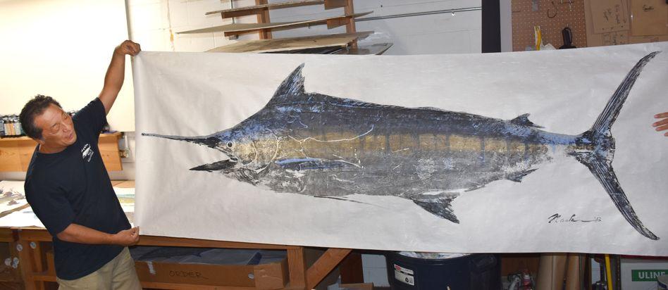 Der hawaiianische Künstler Naoki Hayashi zeigt in seiner Werkstatt in Kaneohe auf Oahu den lebensgroßen Fischdruck eines Speerfisches Hayashi hat die alte japanische Technik des Fischdruckes zu einer Kunstform entwickelt, mit der er Kunden auf der ganzen Welt gefunden hat. Wichtig ist ihm dabei der Respekt vor der Natur und dem Fisch, der anschließend gegessen werden soll.