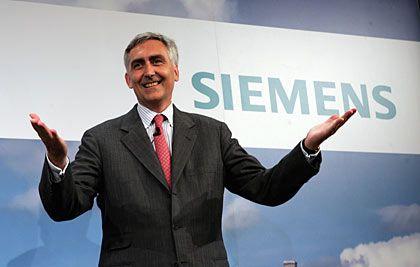 Locker lächelnd: Siemens-Chef Löscher stellt sich in Berlin der Öffentlichkeit