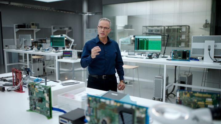 Apples Chef der Chipentwicklung, Johny Srouji, bei der Präsentation des M1-Chips