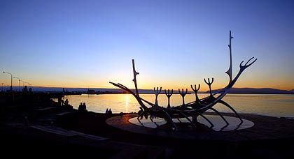 Erinnerung an die frühen Entdecker: Metallskulptur in Form eines alten Wikingerschiffs am Hafen von Reykjavík