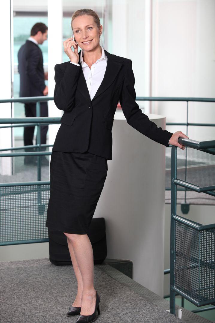 Klassisch: Weiße Bluse, dunkler Blazer, damit macht man meist nichts verkehrt.